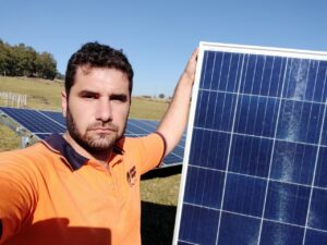 Samuel em campo com os paíneis solares