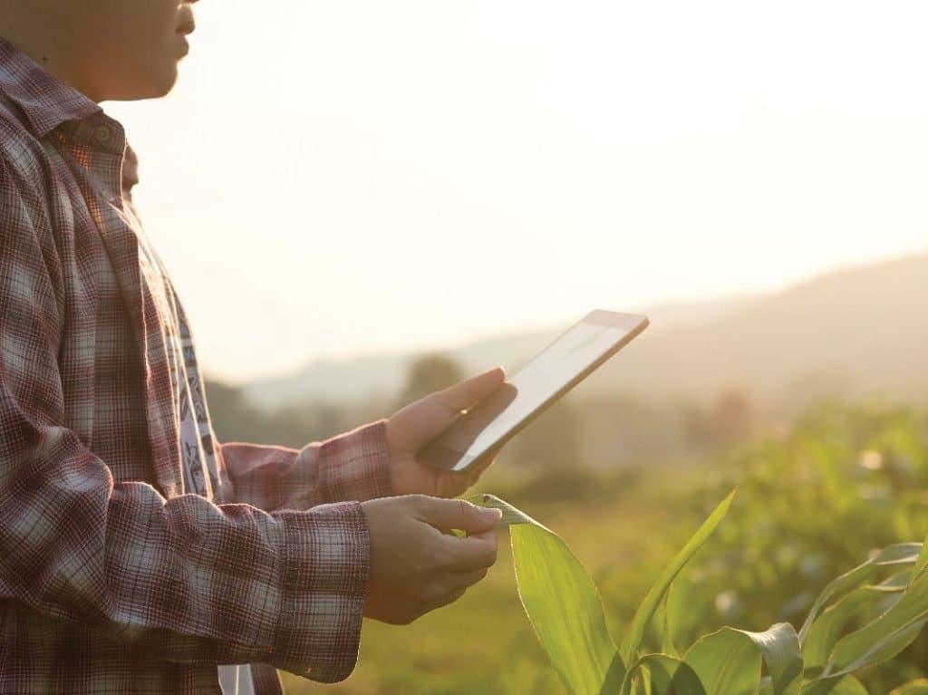 homem com tablet na mão realizando compras pela internet