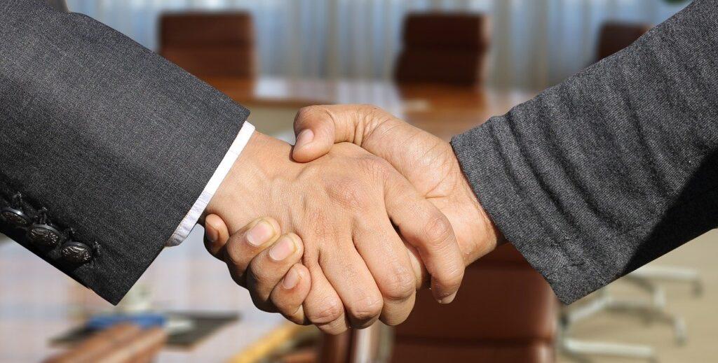 aperto de mãos simbolizando rodada de negócios