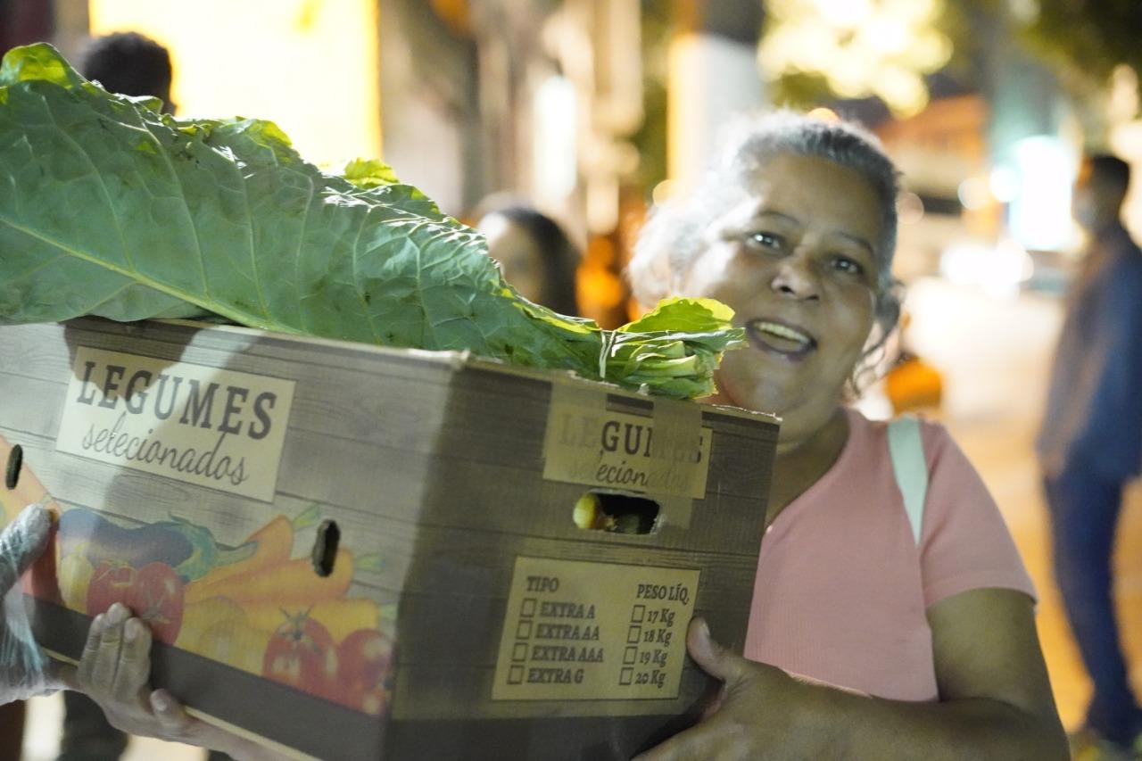moradora recebe alimento Projeto Campo Favela