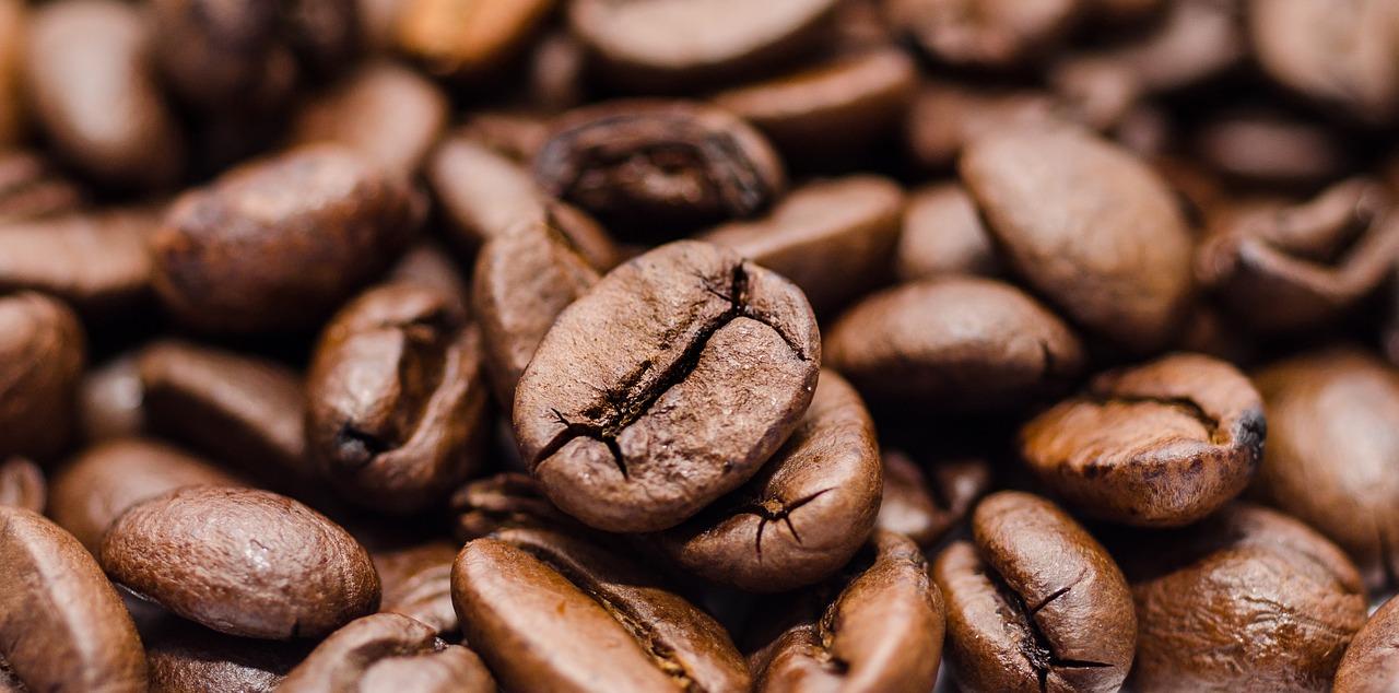Porção de grãos de café marrons