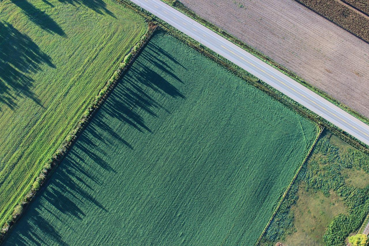 Fazenda vista de cima, com pastos verde e estrada ao lado, na declaração do ITR 2020