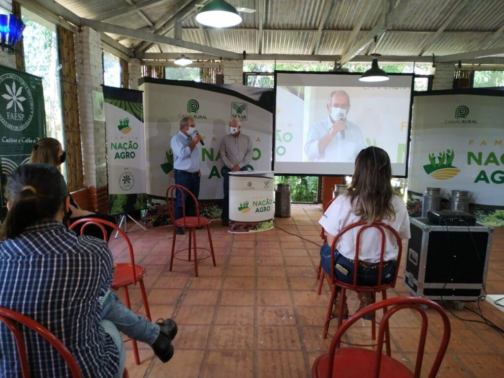 Auditório com visitantes separados por cadeiras no qual Tobias Ferraz e Marcio Vassoler apresentam Dia de Campo